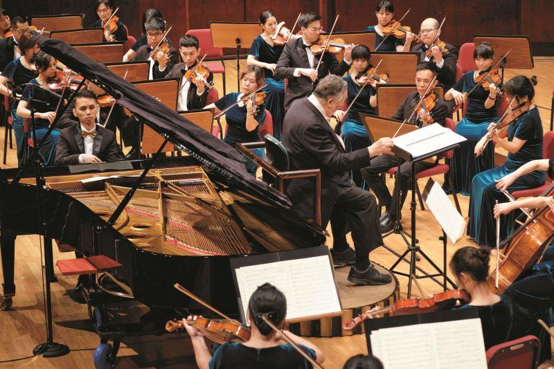 盧易之與長榮交響樂團合作演出。