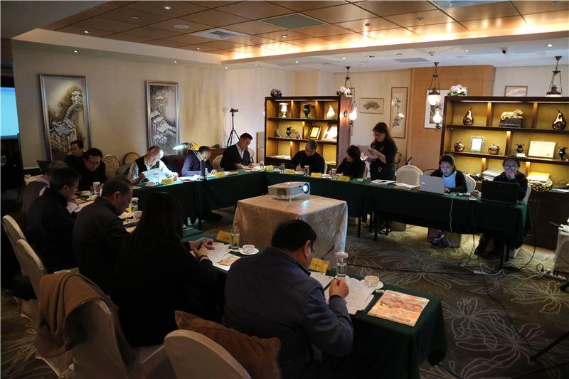 評審委員們審慎討論參賽者的指揮技藝