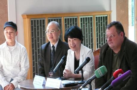 文建會黃碧端主委(右二)及國光劇團陳兆虎團長(左二)共同出席記者會