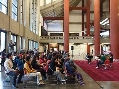 民眾不畏天氣寒冷,聆聽本館舉辦的草地音樂會演奏。