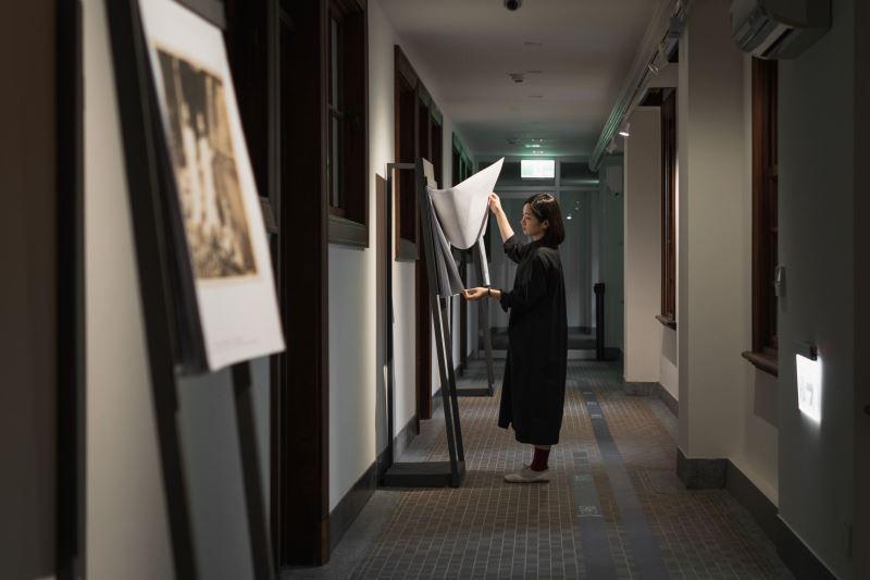 國家攝影文化中心《臺灣的模樣》提供觀眾能自由翻閱的輸出影像,拉進展品與觀眾的距離。