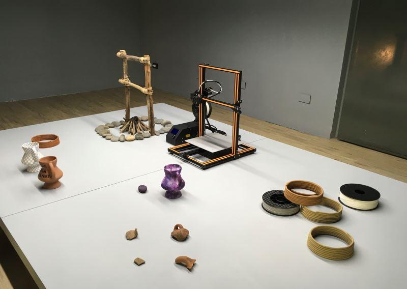 吳思嶔製作一系列的雕塑,詮釋對於史前時代與當代技術發展進程中的連結與想像