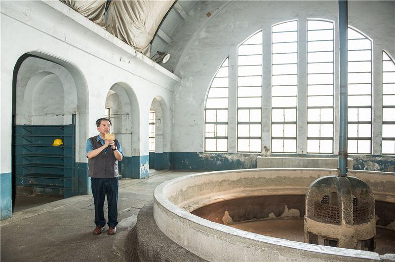 志工導覽「員工浴室」--承自日治時期的澡堂文化,為台北機廠內最具代表性的福利設施。