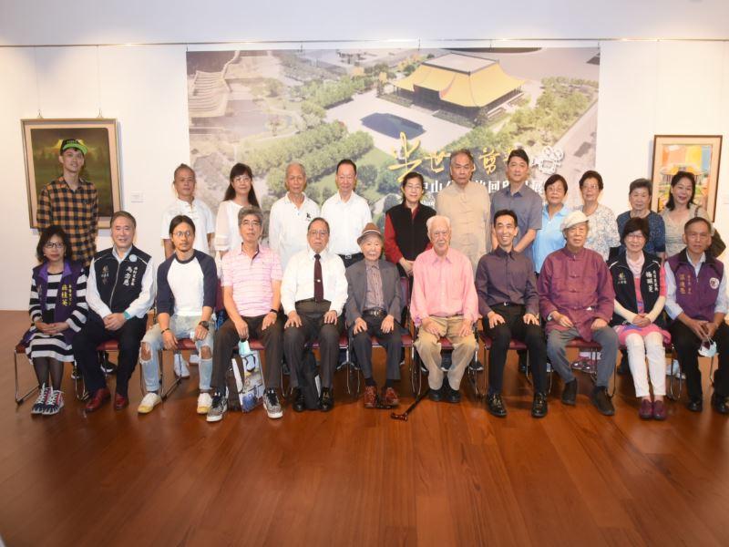 國父紀念館王蘭生館長(右4)與里長、藝術家及晨運團體代表等貴賓合影