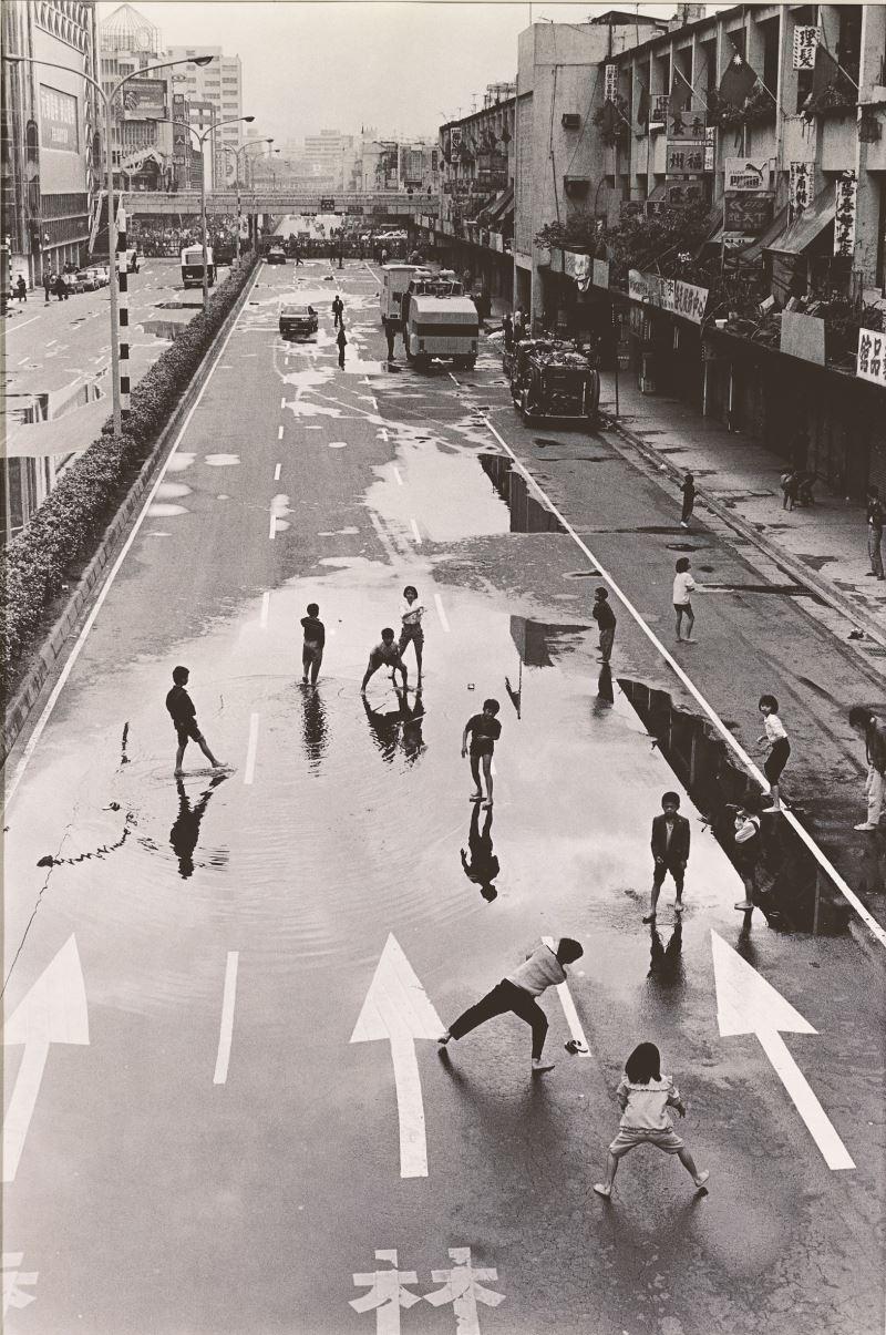謝三泰,〈臨時棒球場〉,1989,明膠銀鹽相片,_56_×_38_cm,國立臺灣美術館典藏。