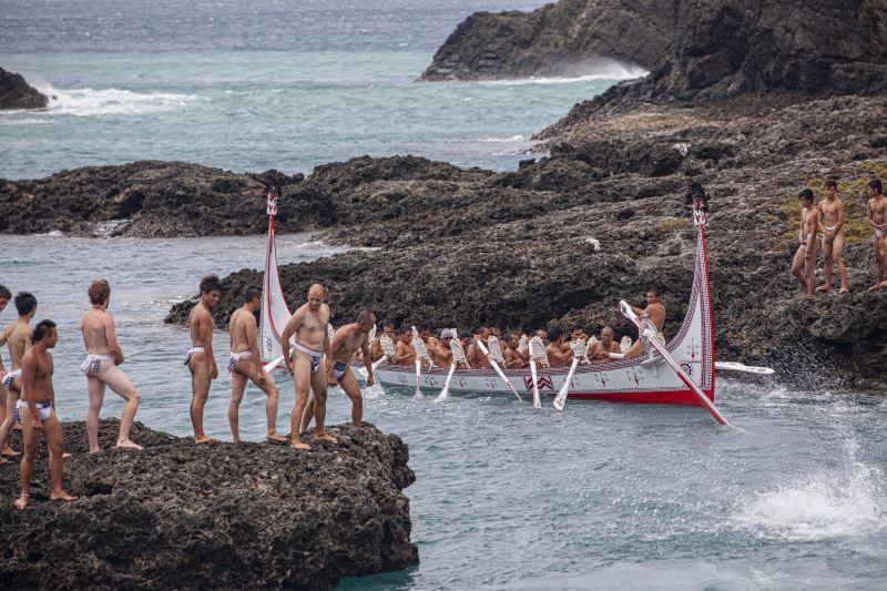 拼板舟從製造到下水儀式的進行,每個環節都代表船團的凝聚力;圖為拼板舟下海試航。