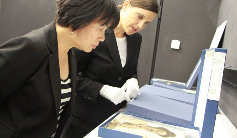Caroline Recher (right), the museum's collections director, shows Culture Minister Lung Ying-tai a rare portrait of the late British actor Charles Chaplin.