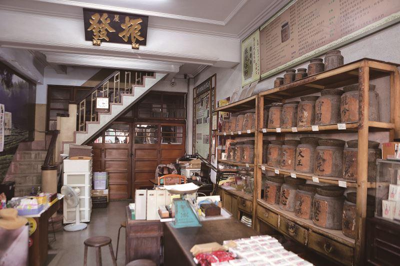 振發茶行自西元1860年創立,店鋪可看出經久的歲月痕跡。