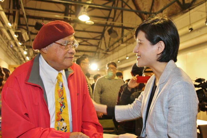 文化部長鄭麗君(右)向第一屆金漫獎「終身成就獎」得主劉興欽握手致意。