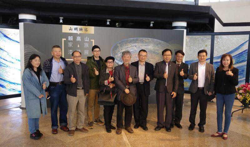 開幕貴賓合照-(右4起向左)工藝中心主任許耿修,文化部次長蕭宗煌,第二代漆藝大師賴作明,漆藝家賴映華,第三代漆藝家賴信佑