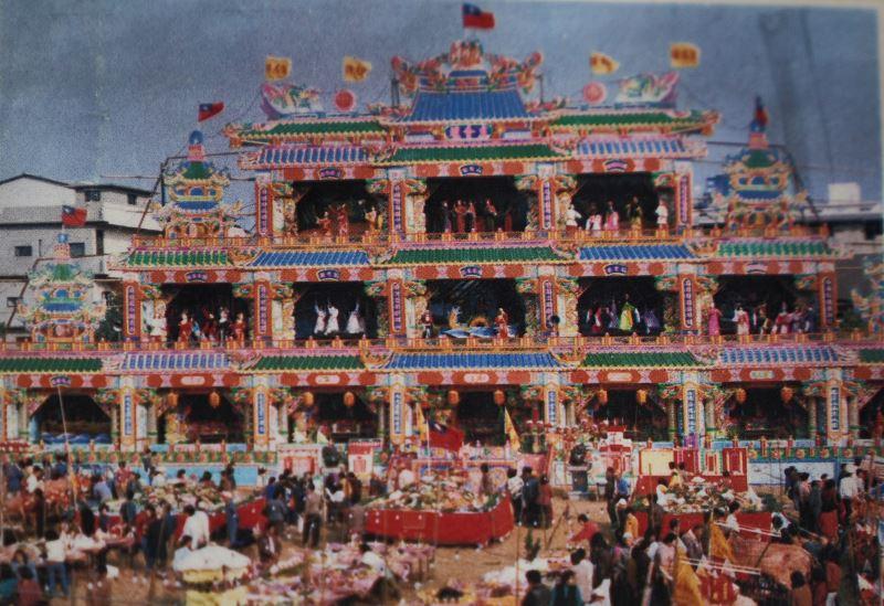 臺灣民間信仰時常出現的醮典醮壇布景,通常以奇數的方式層疊而起,彩繪時間需耗費半年以上。(陳明山提供)