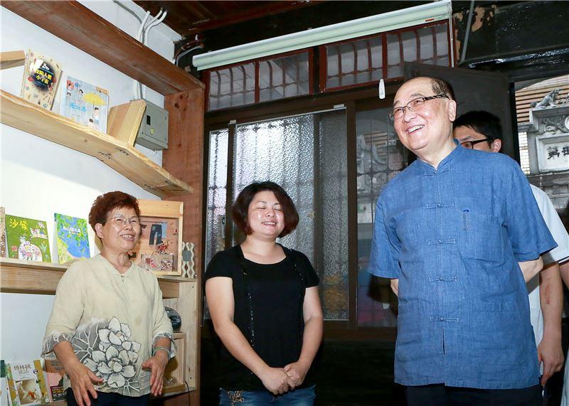 洪部長(右一)參與木藝生態博物館周邊文化地景導覽,圖為愛鎮五色鳥故事屋
