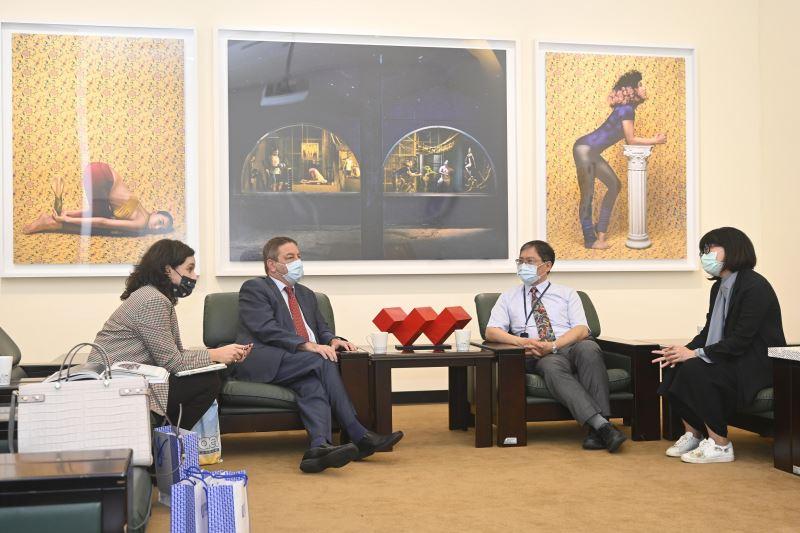 以色列駐臺代表柯畢斯伉儷參訪國美館,討論未來合作可能性