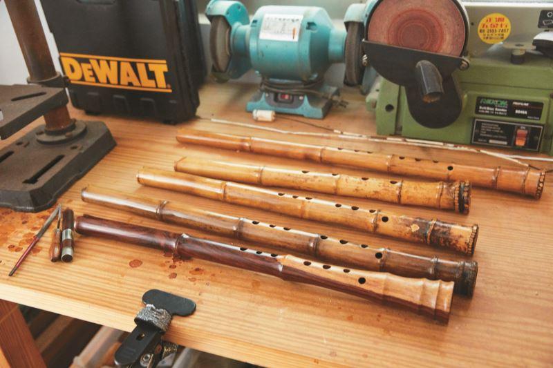 李亮勳工作桌上散落著各式銼刀都是他平時手作打磨使用的工具。