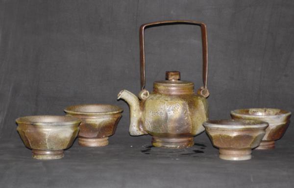 「簡單的線」系列中的燈籠型茶壺作品