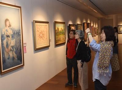 民眾參觀「第82屆臺陽美術特展」