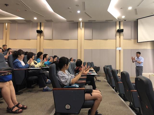 老師教導聽眾簡單的問候手語,大家一起動動手