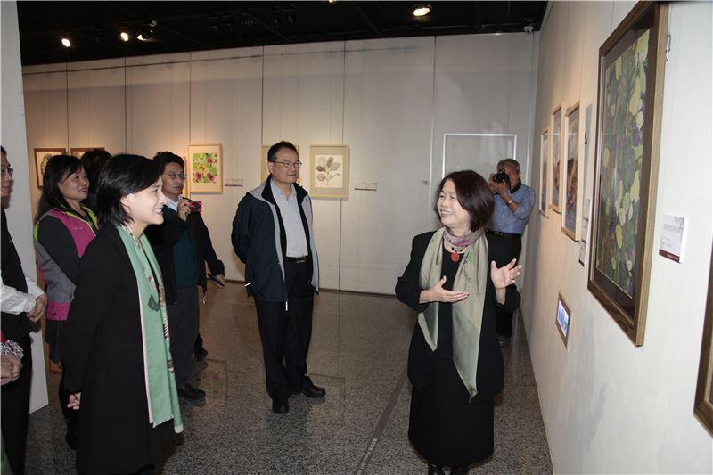 文化部鄭部長參觀翁金珠國策顧問畫展