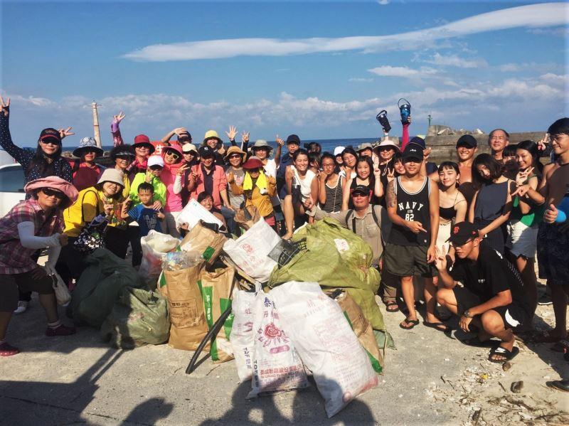 史前館考古淨灘團參與小琉球淨灘活動獲得海灘貨幣