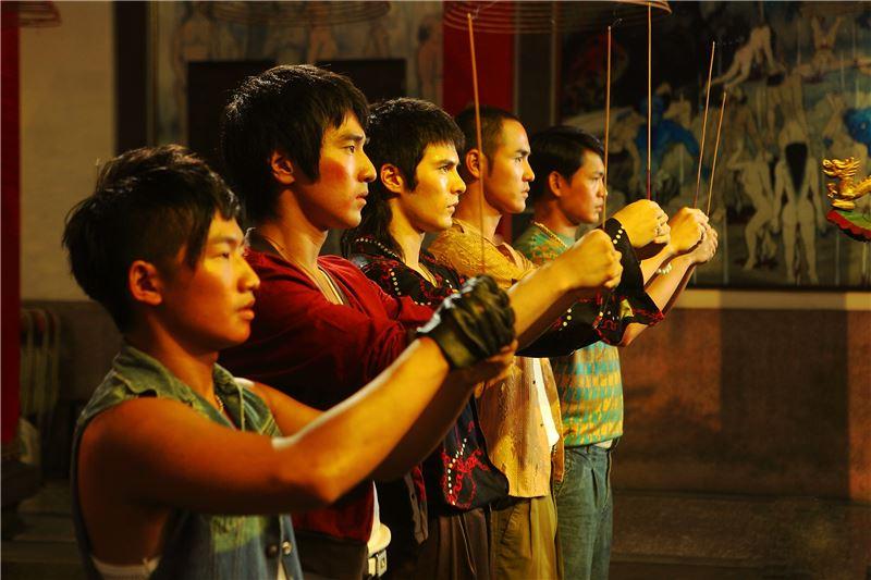 導演鈕承澤乃八○年代台灣新電影重要演員之一,執導演筒的第二部片《艋舺》,也帶有新電影中的成長啟蒙母題、幫派兄弟傳統、以及台灣人族群身分認同的複雜議題。