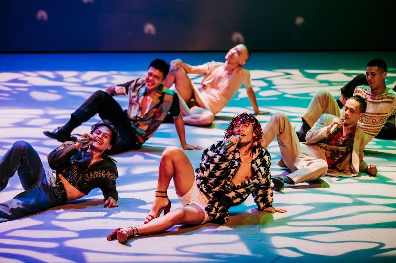 《#是否》以卡拉OK為主場景,或歌或舞,以輕鬆完整的舞作述說原住民族的論述觀點。(林峻永攝)