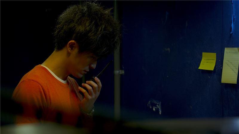 一天,影片放映到一半停電了,欣賞他的小馨打電話給他。