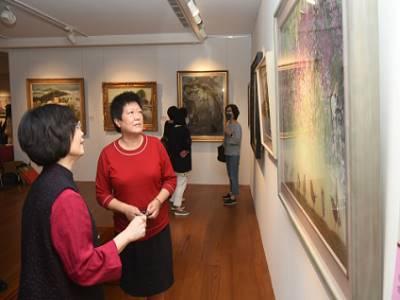 臺陽獎得主林亮吟向國父紀念館副館長楊同慧女士導覽介紹作品。