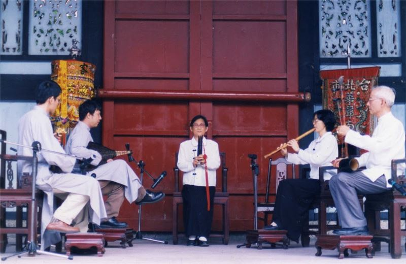 The Taipei Hua-sheng Naguan Music Club performing at the Confucius Temple in the 1990s