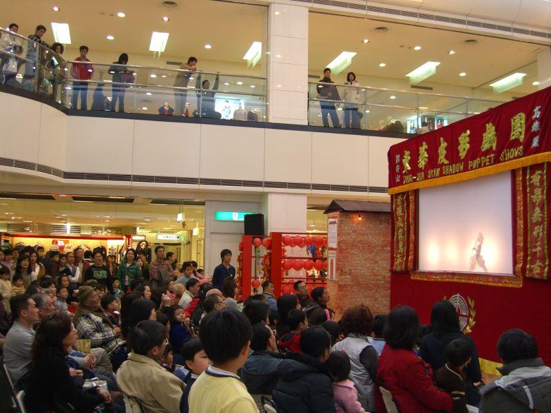 東華皮影戲團努力開拓新的觀眾群,挑戰不同型態的商業演出;圖為2016年於臺南新光三越百貨進行的新春賀歲演出畫面。