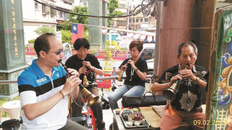 林竹岸(右1)樂於提攜指導後輩藝生。