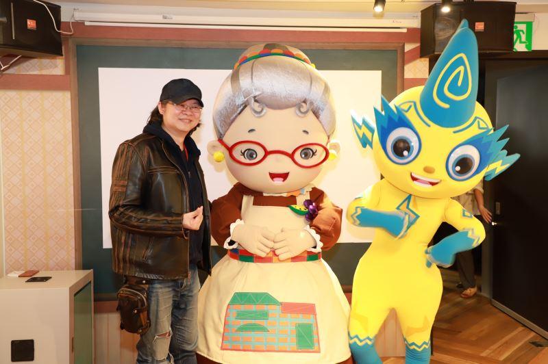 肯特動畫張永昌導演與水果奶奶(中)及《妖果小學堂》庫倫(右)