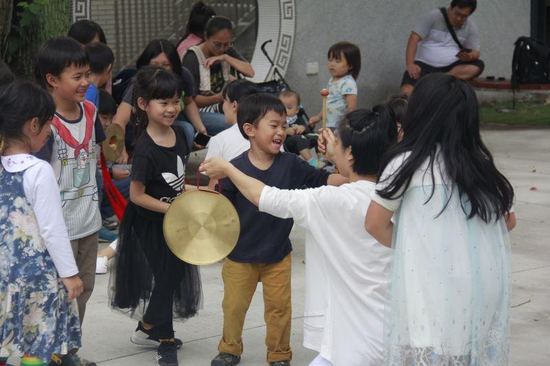 壞鞋子舞蹈劇團邀請小朋友們一起加入表演