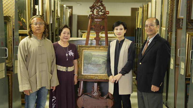 鄭麗君部長、許照信董事長(右1)、許純真女士(左2)、陳飛龍館長(左1)於順天美術館館藏庫房