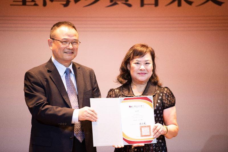 文化部蕭宗煌次長致贈感謝狀予作曲家紀利男夫人上官萍女士