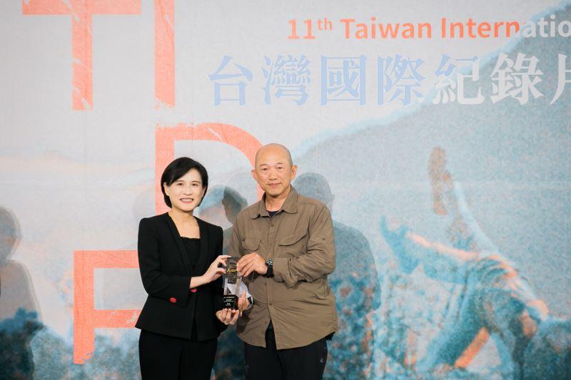 2018TIDF頒獎典禮文化部部長鄭麗君頒發傑出貢獻獎給導演柯金源