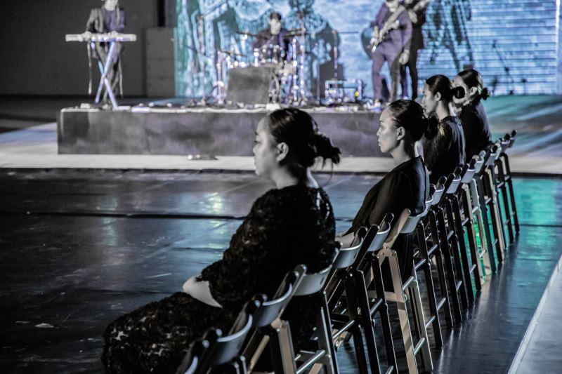 過去排灣族女性在祭儀中雖有重要地位,卻不曾出現在其中,得陸.鳩浙恩澇希望讓她們能被看見,因此安排四名女性表演者在劇場中呈現祭儀。
