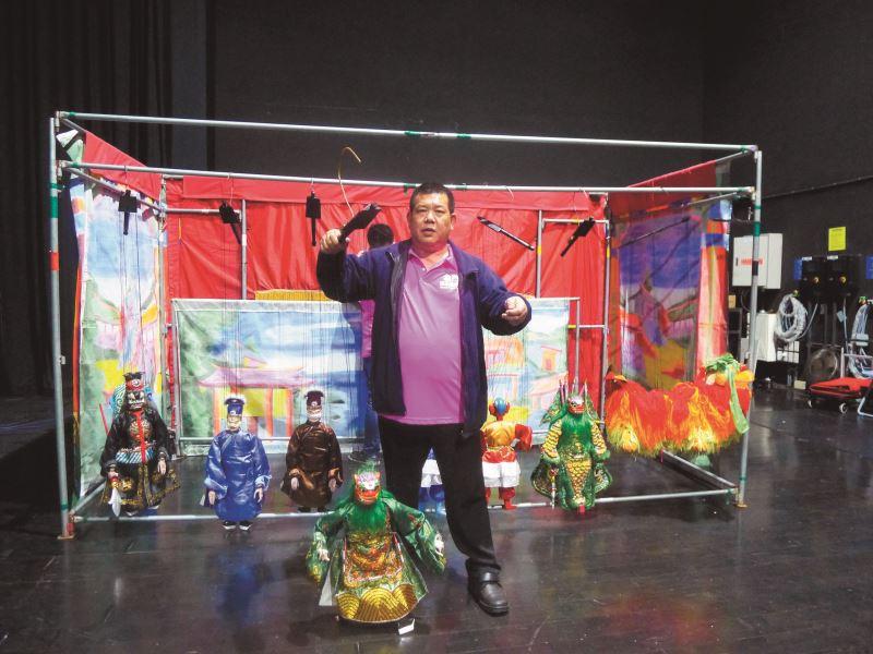 傀儡戲在表演者的指掌之間,演繹傳神的肢體語言。