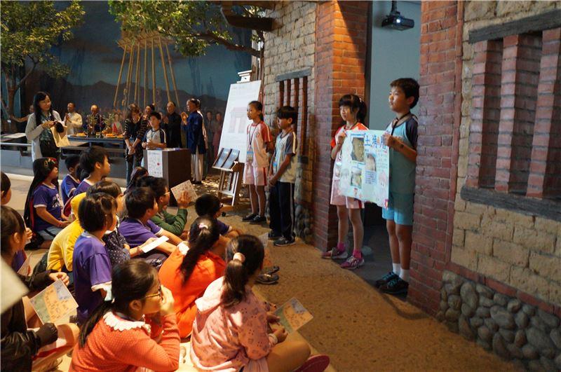 和順專案:由館校共同規劃「永續特色課程計畫」及不定期的「年度特色活動合作專案」,配合各年級教學性質,發展不同類型之博物館課程活動。圖為四年級「小小導覽員體驗」計畫中,學生至博物館辦理活動成果。