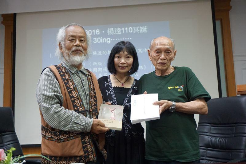 (右起)楊建先生、女兒楊翠以及林瑞明教授,在臺文館的珍貴合影