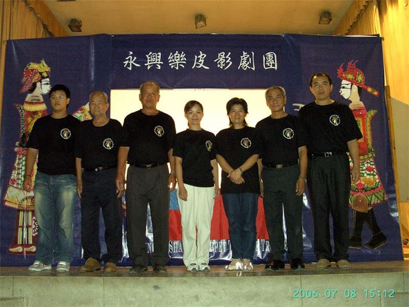 永興樂皮影劇團團員在匈牙利合影(2006)。(左起︰助演張信鴻、總監張歲、鼓手張振昌、行政張芳綺、團長張英嬌、主演張新國、胡弦手張振勝)
