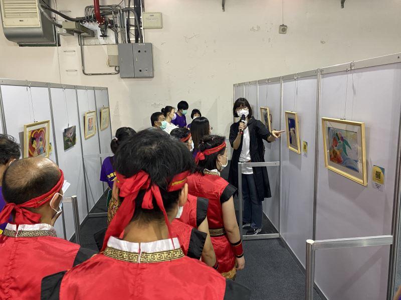 會後由藝術治療師徐玟玲老師帶領學員參觀及講解展覽現場。