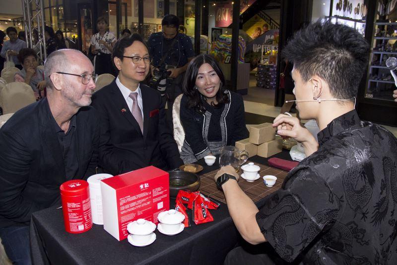 駐泰童振源代表(左二)參與品茗表演及互動