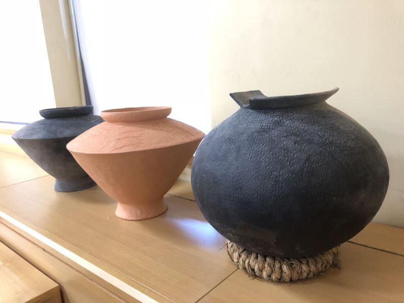 現場展示竹南蛇窯的實驗陶器燒製成品:「圓腹罐」與「折肩罐」