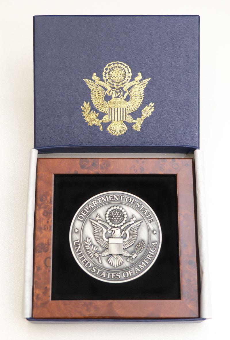 1070613_美國國務院教育暨文化事務局助理國務卿Marie Royce女士致贈的美國國務院院徽。