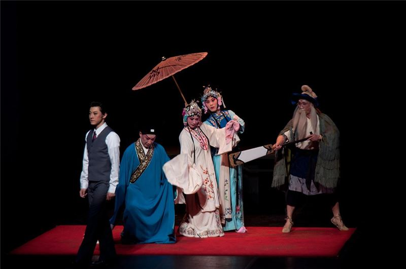A scene from One Hundred Years on Stage(Sheng Jian as Hua Chang-feng, Wang Sheng-guang as Hsu Hsian, Chen Mei-lan as White Serpent, Chen Chang-yien as Green Serpent, Liu, Hsi-jung as Boatman)(2011)