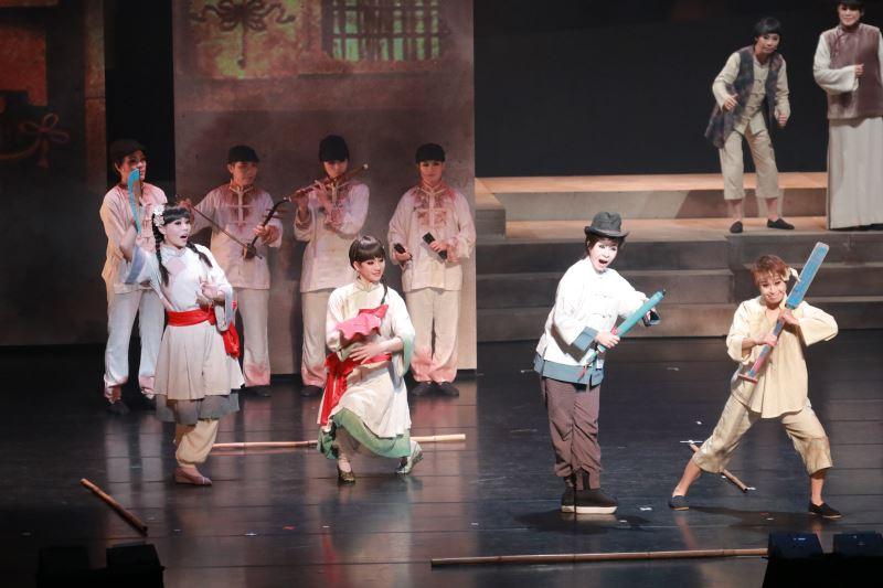 《安平追想曲》描寫兩代安平少女遭受愛情背叛的故事,並藉著王友輝的生花妙筆,融入臺灣歌仔戲發展史。