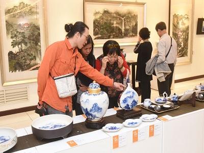 心月造境-卓麗秋(心月)山水青花瓷個展─參觀民眾欣賞作品