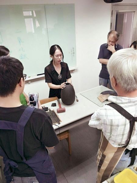 漆藝老師解說脫胎技法
