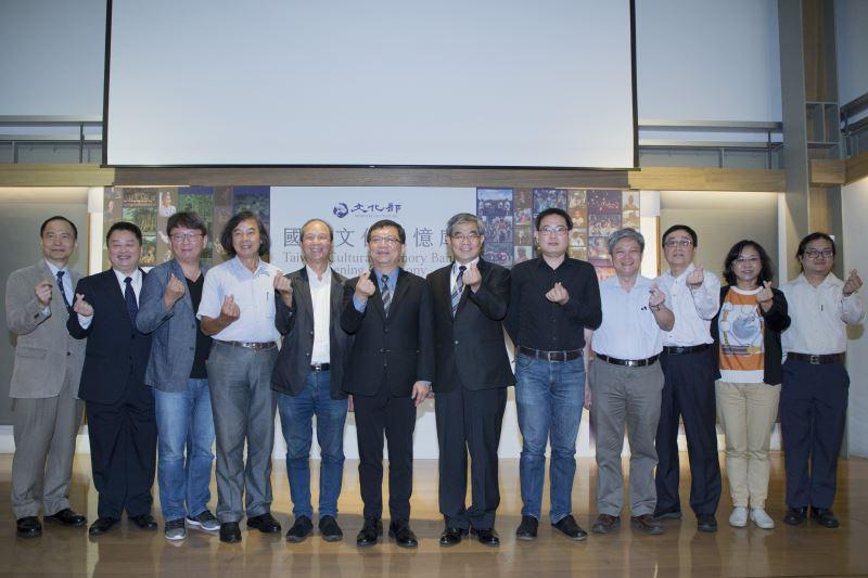 文化部次長李連權(左6)、教育部次長蔡清華(右6)、資策會執行長卓政宏(左2)與國家文化記憶庫諮詢委員們共同宣布網站正式啟動