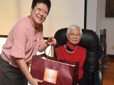 國立國父紀念館楊同慧副館長代表致贈端午佳節禮盒,祝福柯錫杰大師身體健康佳節愉快